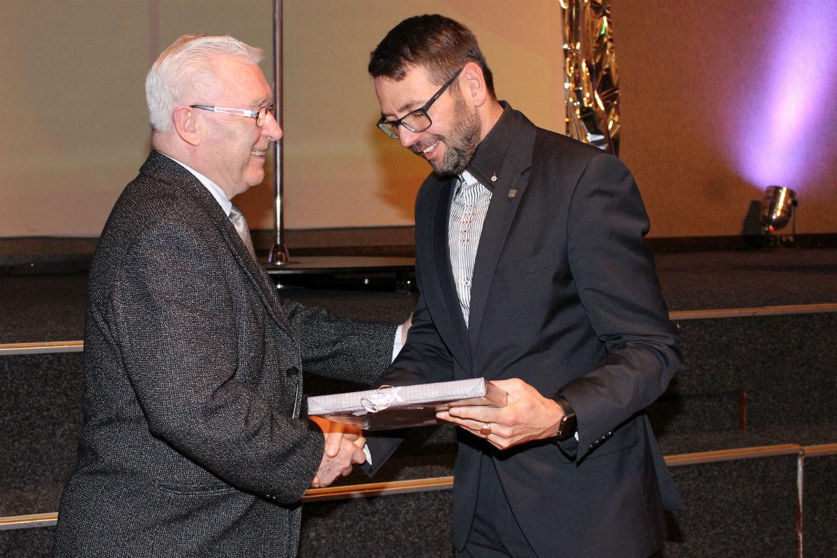 Alfons Skokan (vlevo) přijímá gratulaci od starosty Patrika Pizingera. Foto: Martin Polák