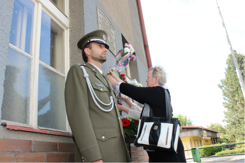 Pietní akt před budovou bývalého 1. stupně ZŠ J. A. Komenského. Foto: M. Polák