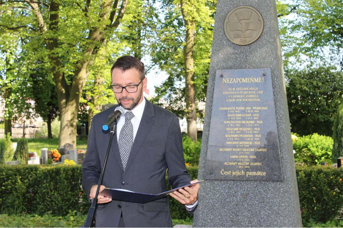 Starosta Chodova Patrik Pizinger při pietním aktu na hřbitově. Foto: Martin Polák