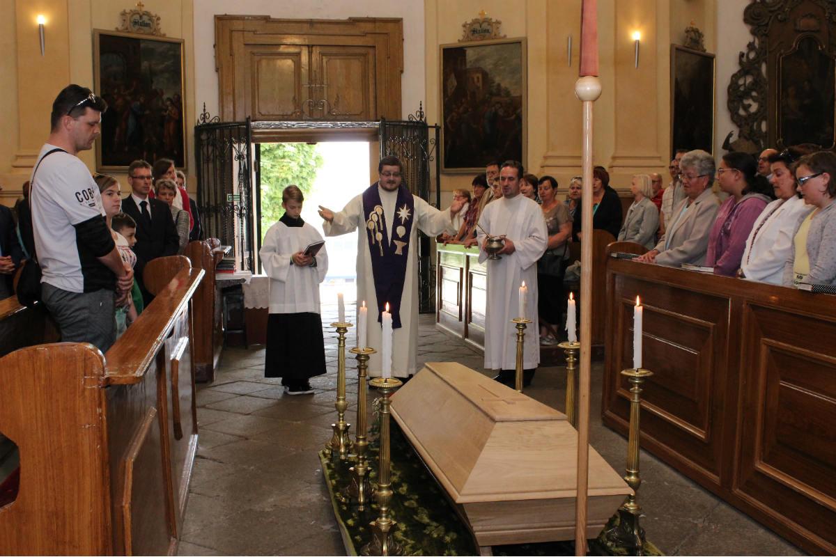 Obřad před uložením rakve s ostatky Franze Flamina. Foto: Martin Polák