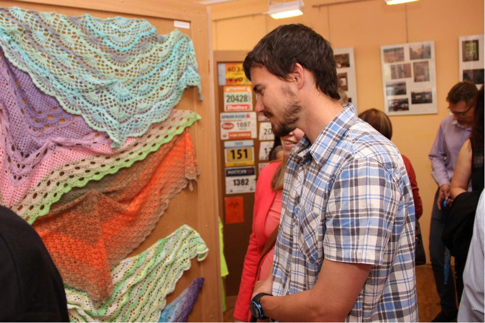 Návštěvníci vernisáže si prohlížejí tvorbu učitelů. Foto: Martin Polák