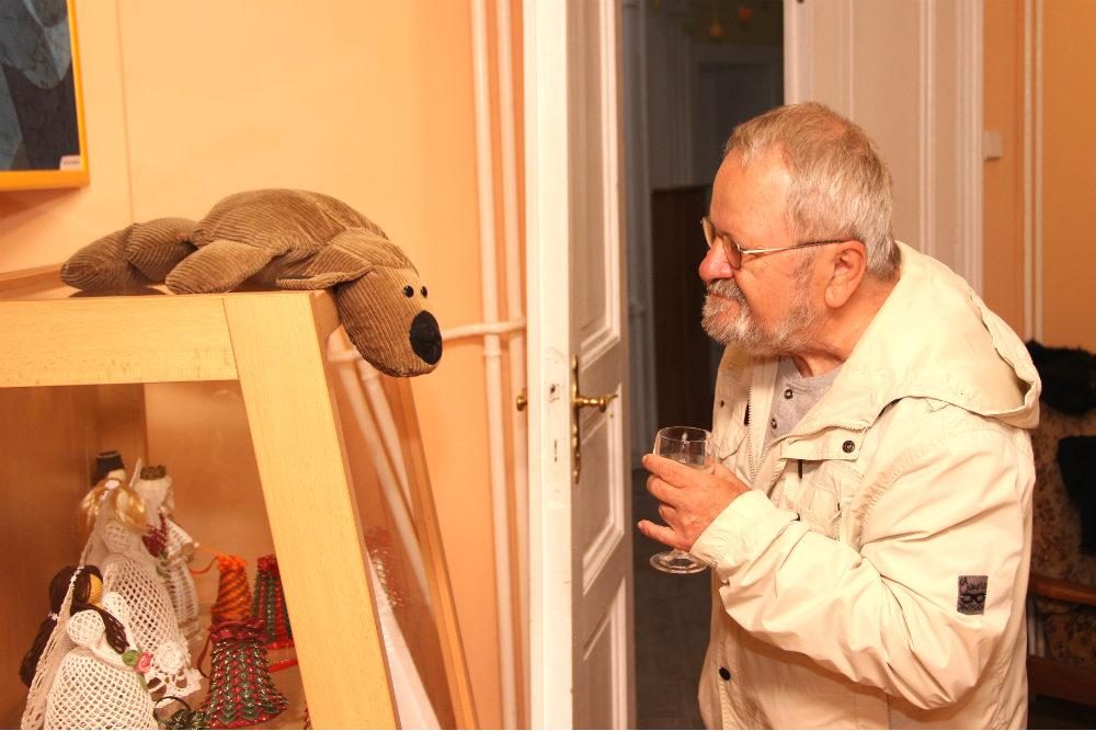 Práce si přišel prohlédnout i výtvarník Jiří Jun. Foto: Martin Polák