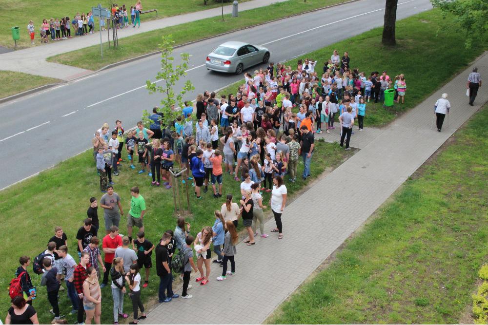 Evakuovaní školáci před budovou. Foto: Martin Polák
