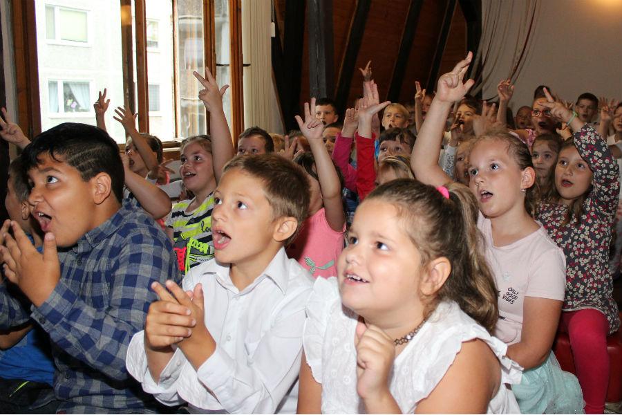 Děti v podkroví knihovny čekají na pasování. Foto: Martin Polák