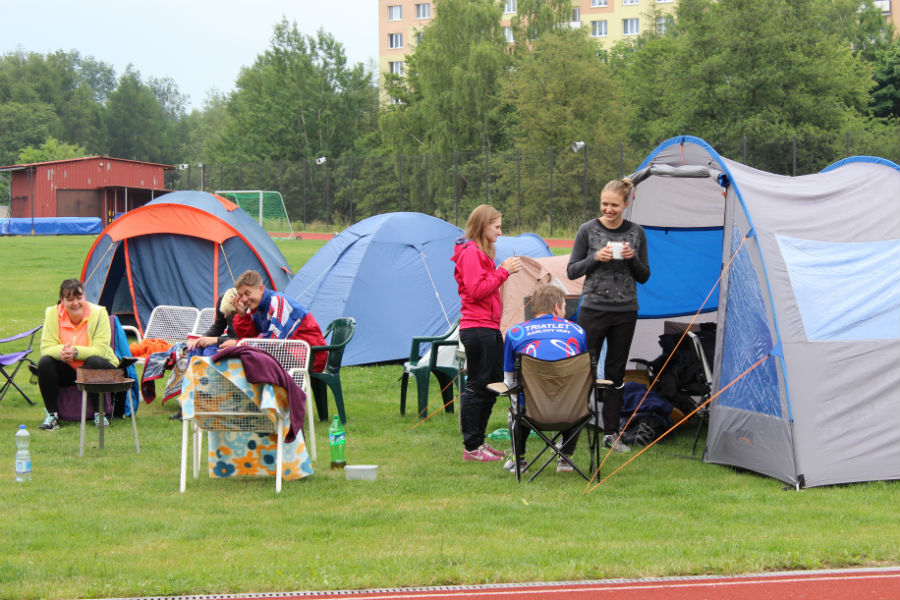 Závodníci při odpočinku před dalším během. Foto: Martin Polák