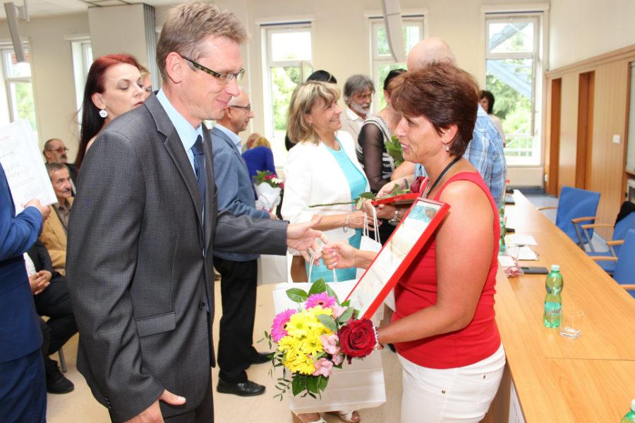 Místostarosta Luděk Soukup gratuluje Lence Levorové. Foto: Martin Polák