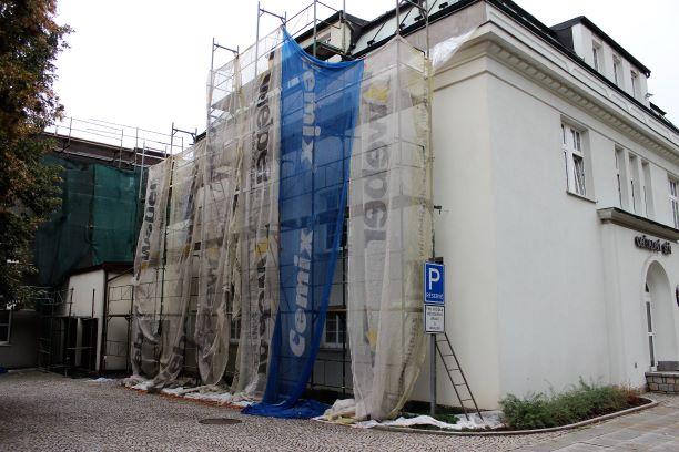 Chodovská radnice je nyní obklopená lešením. Foto: Martin Polák