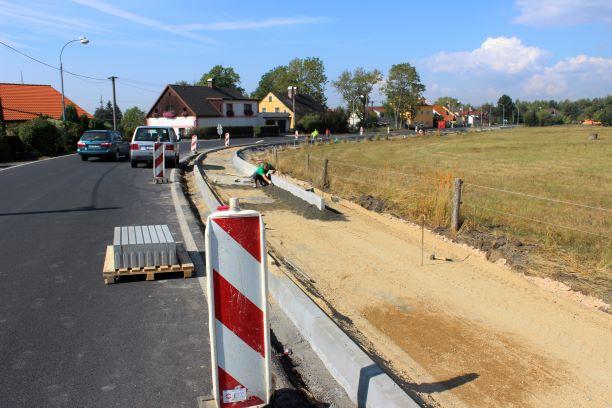 Výstavba chodníku ve Vintířovské ulici. Foto: Martin Polák