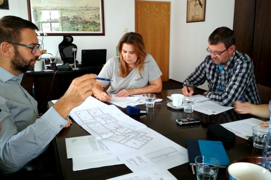 Starosta Patrik Pizinger představuje novinářům studii. Foto: Martin Polák