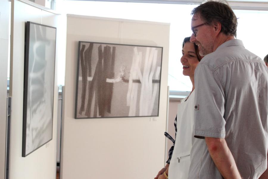 Návštěvníci galerie si prohlíží díla Jiřího Juna. Foto: Martin Polák