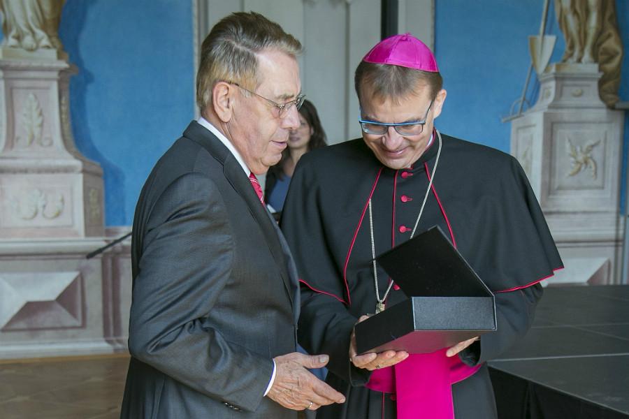 Josef Moder (vlevo) přebírá ocenění. Foto: Soňa Pikrtová