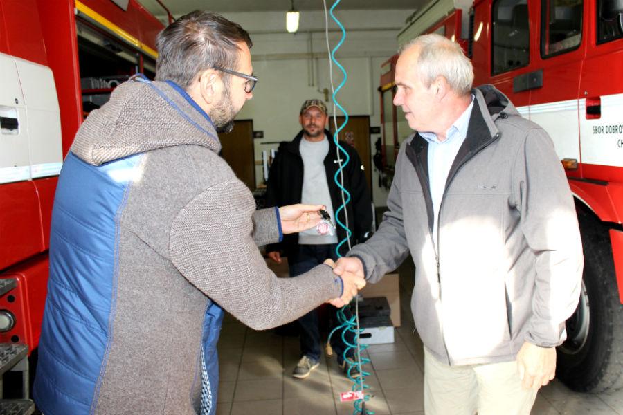 Starosta Patrik Pizinger předává klíče starostovi Čechtic. Foto: Martin Polák