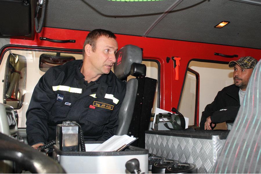 Jiří Kiss ukazuje vnitřek cisterny kolegům z Benešovska. Foto: Martin Polák