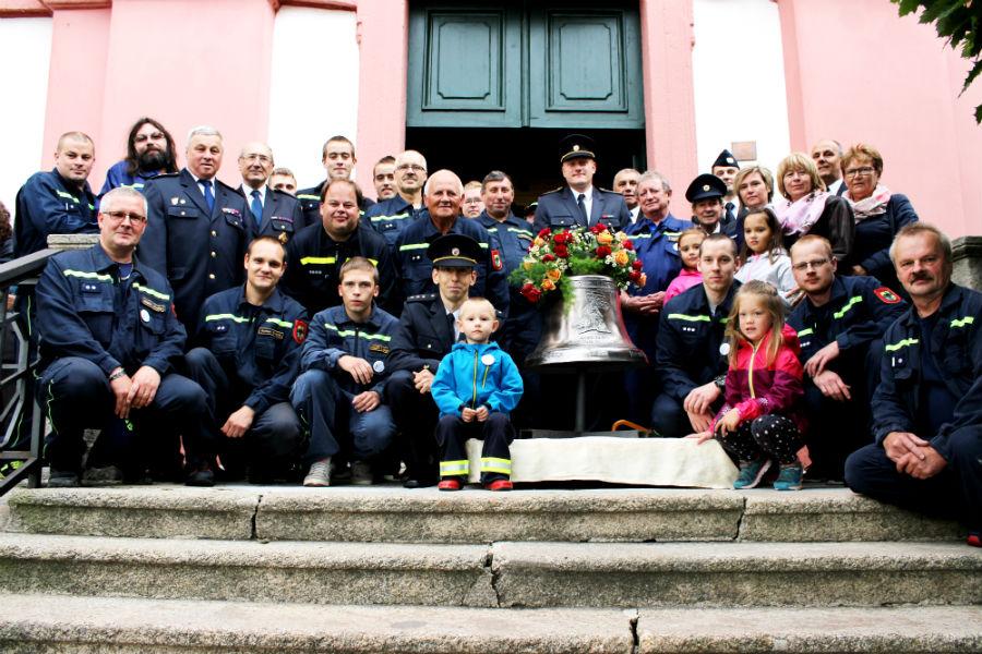 Chodovští hasiči s novým zvonem před kostelem sv. Vavřince. Foto: Martin Polák