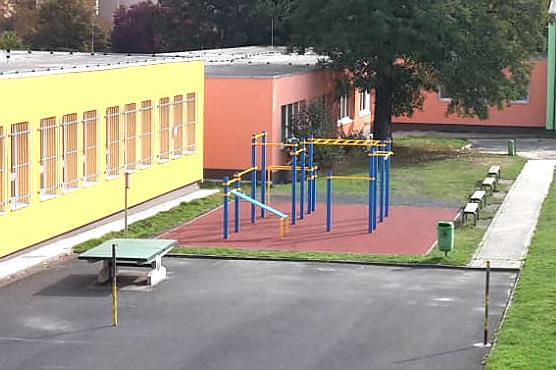 Workoutové hřiště mezi ZŠ Školní a ZŠ J. A. Komenského. Foto: M. Polák