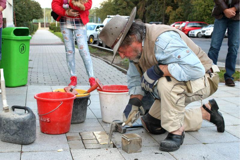 Autor kamenů zmizelých Gunter Demnig při práci v Chodově v loňském roce. Foto: M. Polák