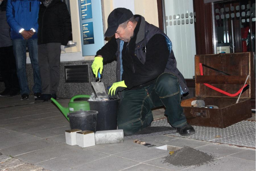 Osvald Polák pokládá další kameny zmizelých. Foto: Martin Polák