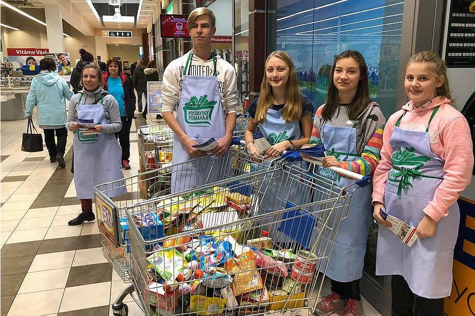 U letošní potravinové sbírky tradičně pomáhali dobrovolníci. Foto: PBKK