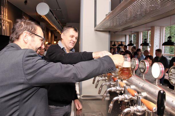 Pípu pokřtil starosta Patrik Pizinger (vlevo) a provozovatel restaurace Tomáš Cvinger. Foto: M. Polák
