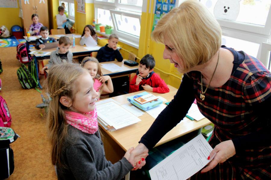 Pololetní vysvědčení v základní škole ve Školní ulici. Foto: Martin Polák