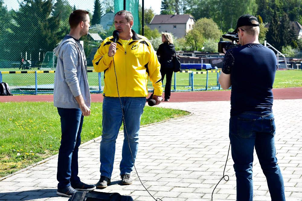 Libor Dočkal (uprostřed) na svém oblíbeném místě - na stadionu. Foto: Miloš Volek