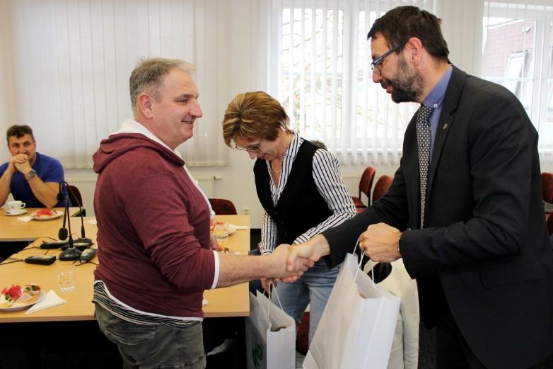 Starosta (vpravo) gratuluje jednomu z dárců. Foto: Martin Polák