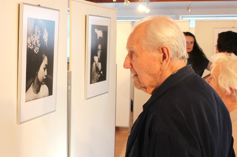 Návštěvníci Galerie u Vavřince si prohlíží snímky Honzy Sakaře. Foto: Martin Polák