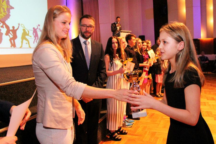 Poháry předávala nadějným sportovcům plavkyně Simona Baumrtová - Kubová (vlevo). Foto: M. Polák
