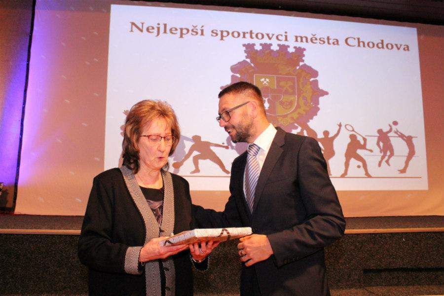 Cenu Osobnost sportu převzala z rukou starosty Patrika Pizingera maminka Libora Dočkala. Foto: M. Polák