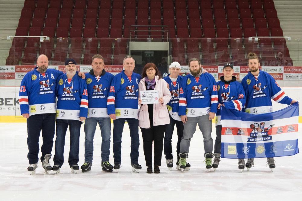 Hokejisté HC Stará Chodovská při předávce šeku na 10 000 korun. |Foto: HC ST. CHODOVSKÁ