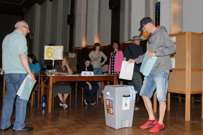 Volby do Evropského parlamentu v Chodově v KASSu. Foto: Martin Polák