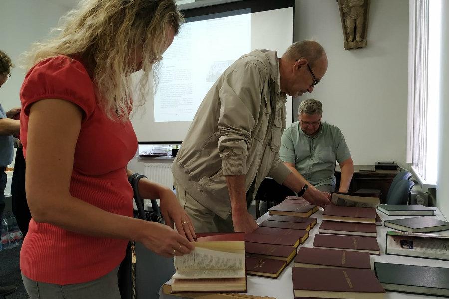Návštěvníci výstavy listují archivními zpravodaji. Foto: Romana Poláková