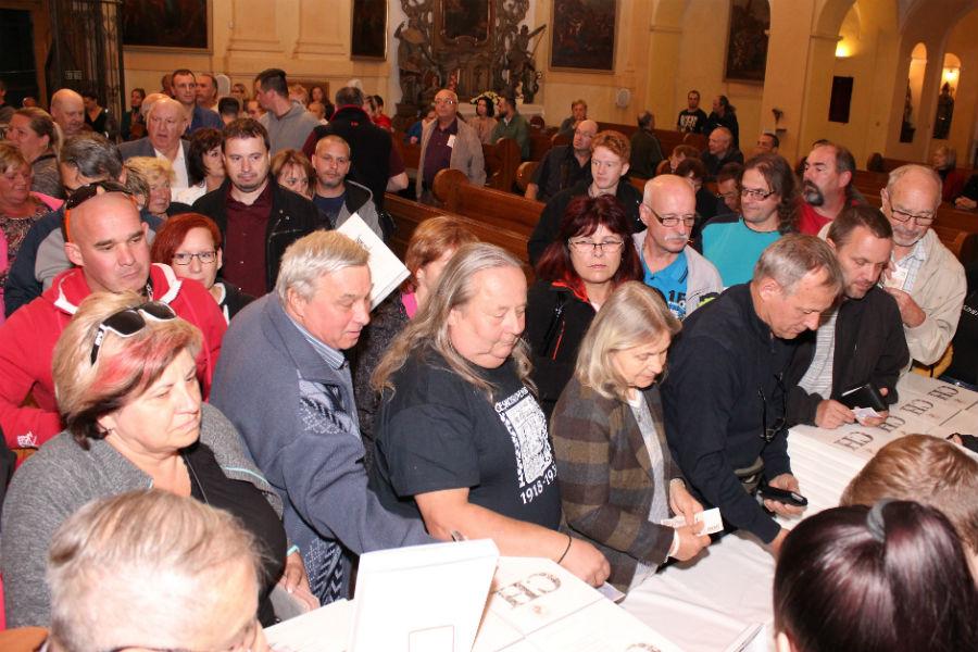 Fronta u prodejního pultu v kostel sv Vavřince. Foto: Martin Polák