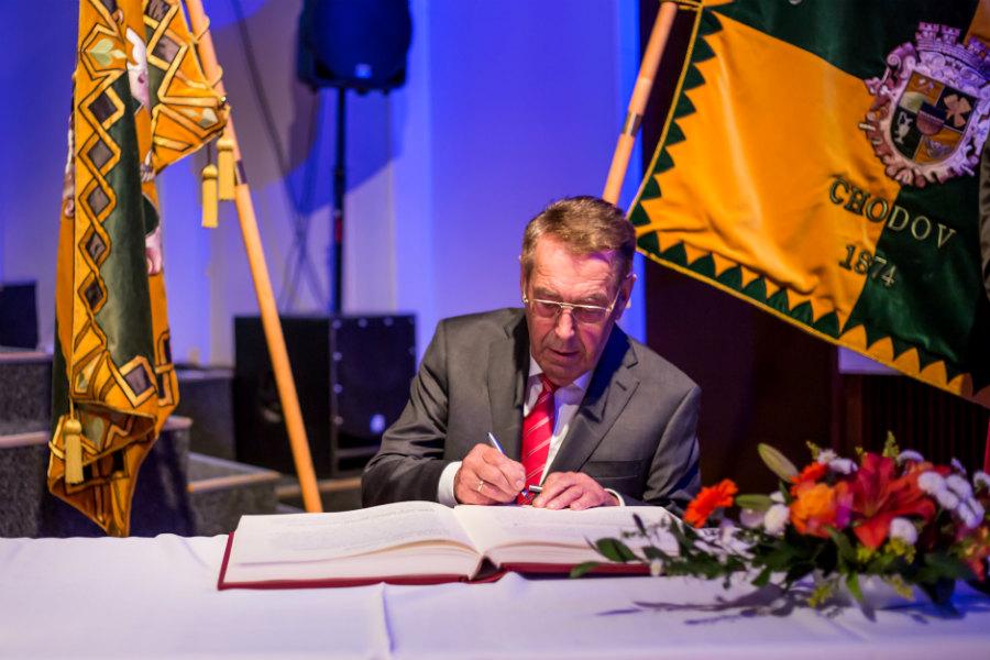 Josef Moder se po převzetí Městské pečetě podepisuje do kroniky Chodova. Foto: Jan Polák