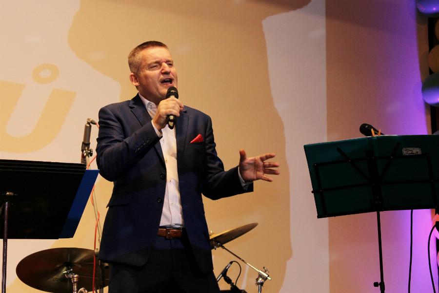 Seniory svým vystoupením bavil Vladimír Hron. Foto: Martin Polák