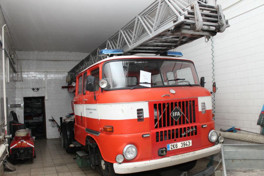 Vysloužilý automobil v garáži chodovské zbrojnice. Foto: Martin Polák
