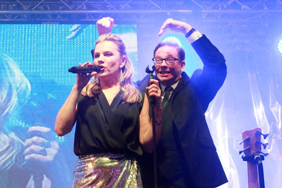 Aleš Cibulka vítá na pódiu zpěvačku Leonu Machálkovou. Foto: Martin Polák