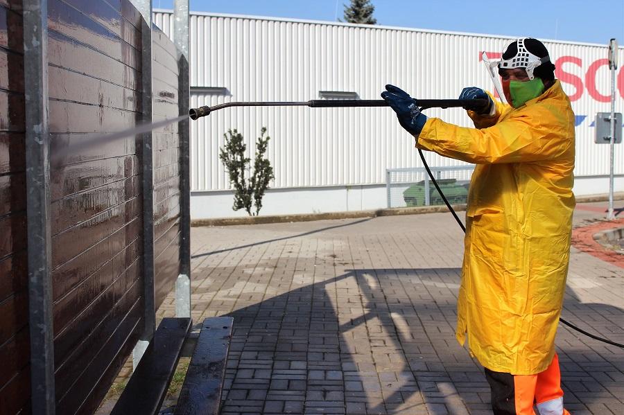 Pracovník CHOTESu čistí autobusovou zastávku. Foto: Martin Polák