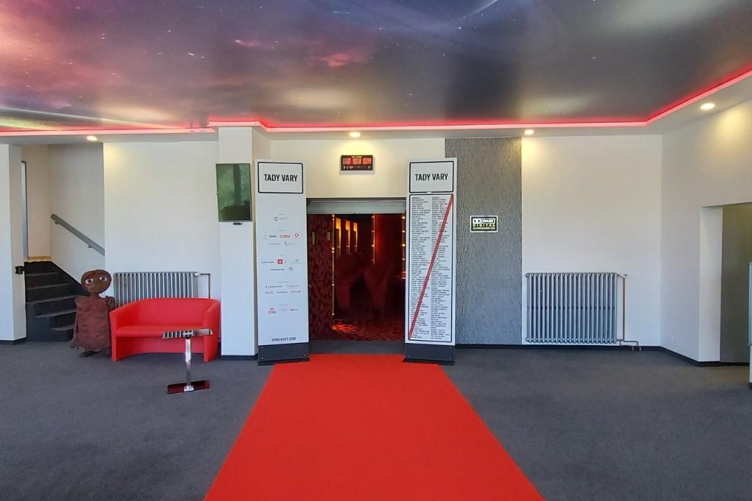 Festivalové dekorace a nezbytný červený koberec už jsou v předsálí kina. Foto: J. Kurčík