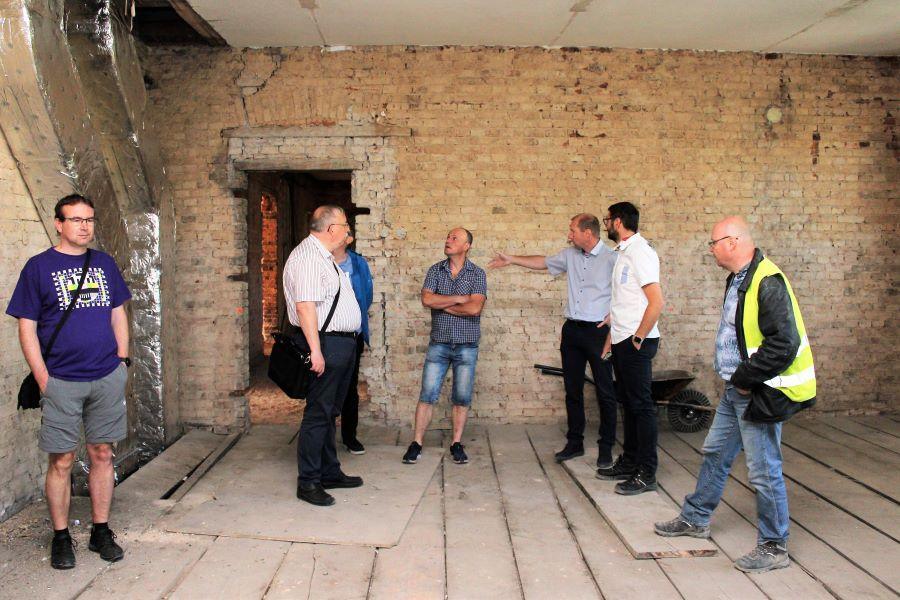 Radní města při prohlídce školy. Foto: Martin Polák