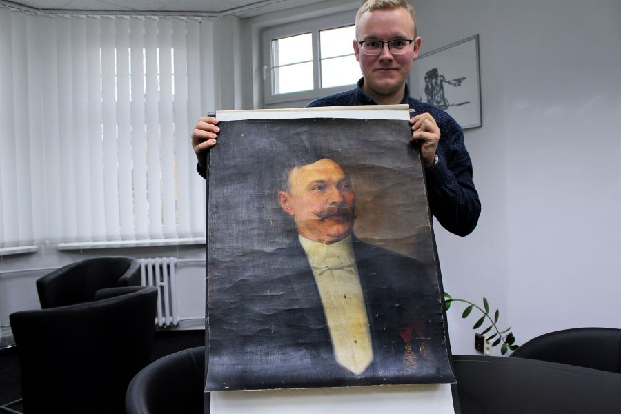 Miloš Bělohlávek ukazuje původní obraz před restaurací. Foto: Martin Polák