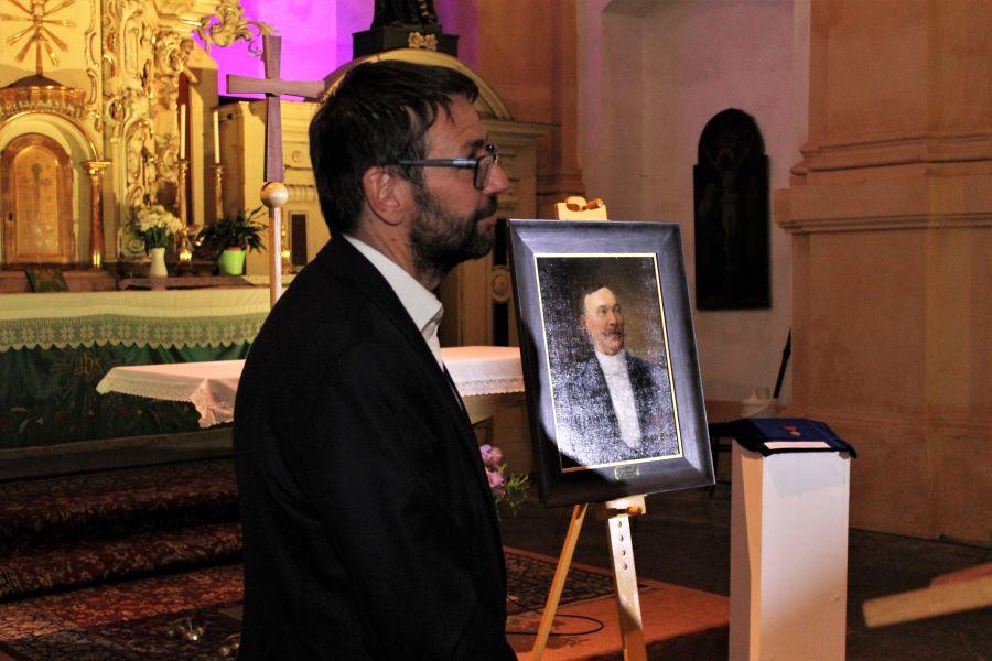 Současný starosta Patrik Pizinger u obrazu svého předchůdce. Foto: Martin Polák