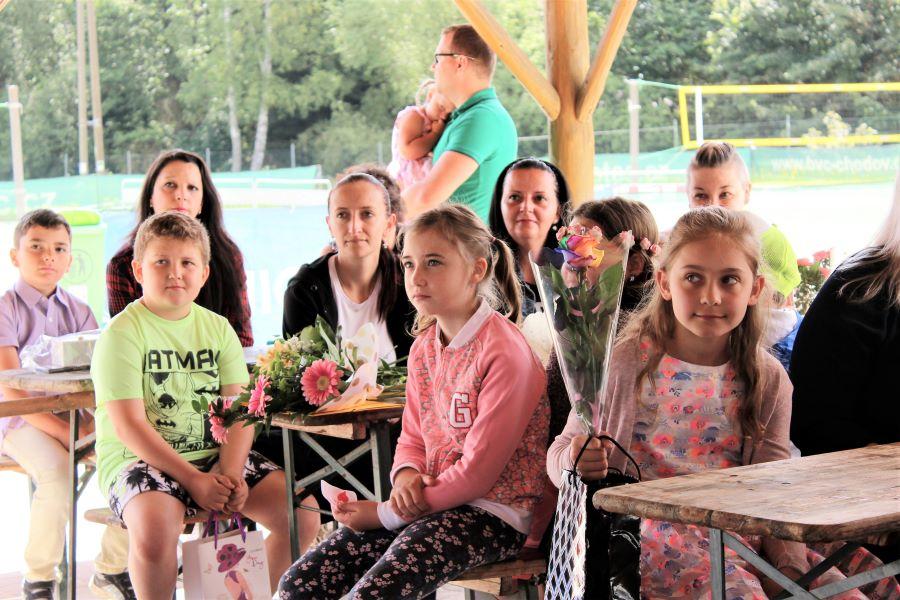 Předávání vysvědčení žákům ze ZŠ J. A. Komenského v areálu BVC Chodov. Foto: M. Polák