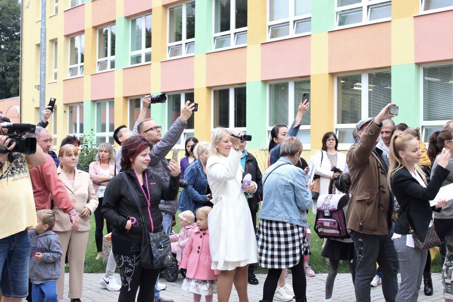 Rodiče očekávají návrat dětí z první hodiny. Foto: Martin Polák