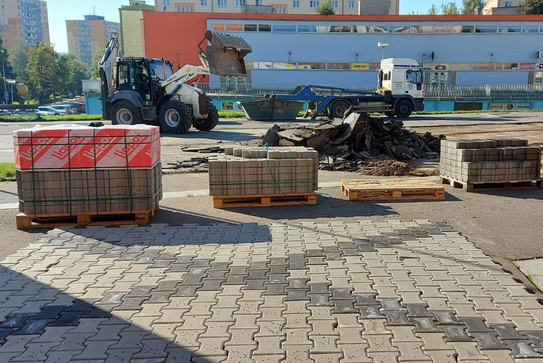 Práce na opravě poškozeného povrchu před KASSem. Foto: Martin Polák