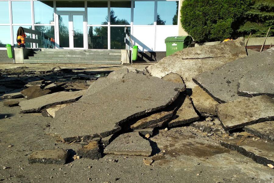 Starý poničený asfalt nahradí dlažba. Foto: Martin Polák