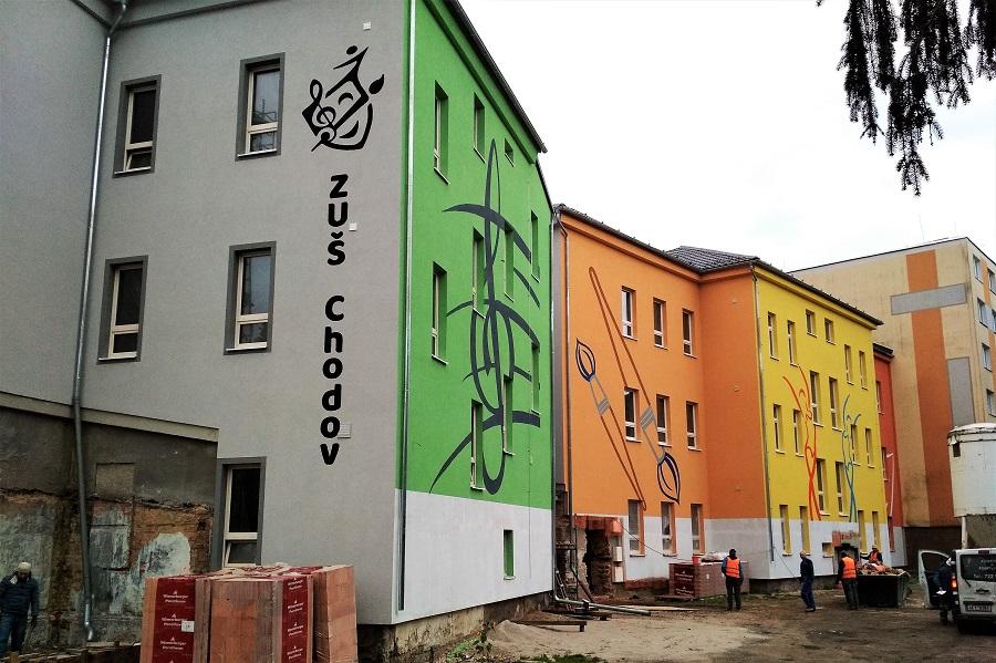 Budovu už z jedné strany zdobí nová fasáda. Foto: Martin Polák
