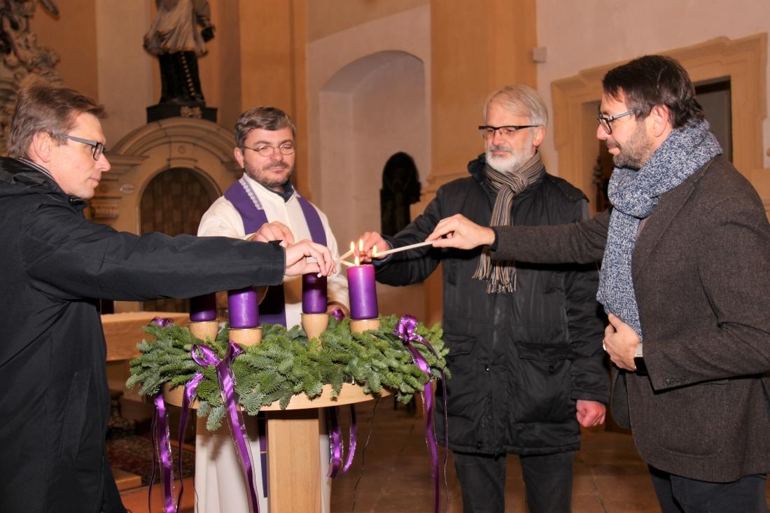 Zapálení svíce na adventním věnci v kostele sv. Vavřince. Foto: Martin Polák