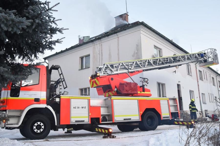 U požáru zasahovalo šest jednotek hasičů, ti do akce zapojili i žebřík chodovských hasičů. Foto: HZS KK