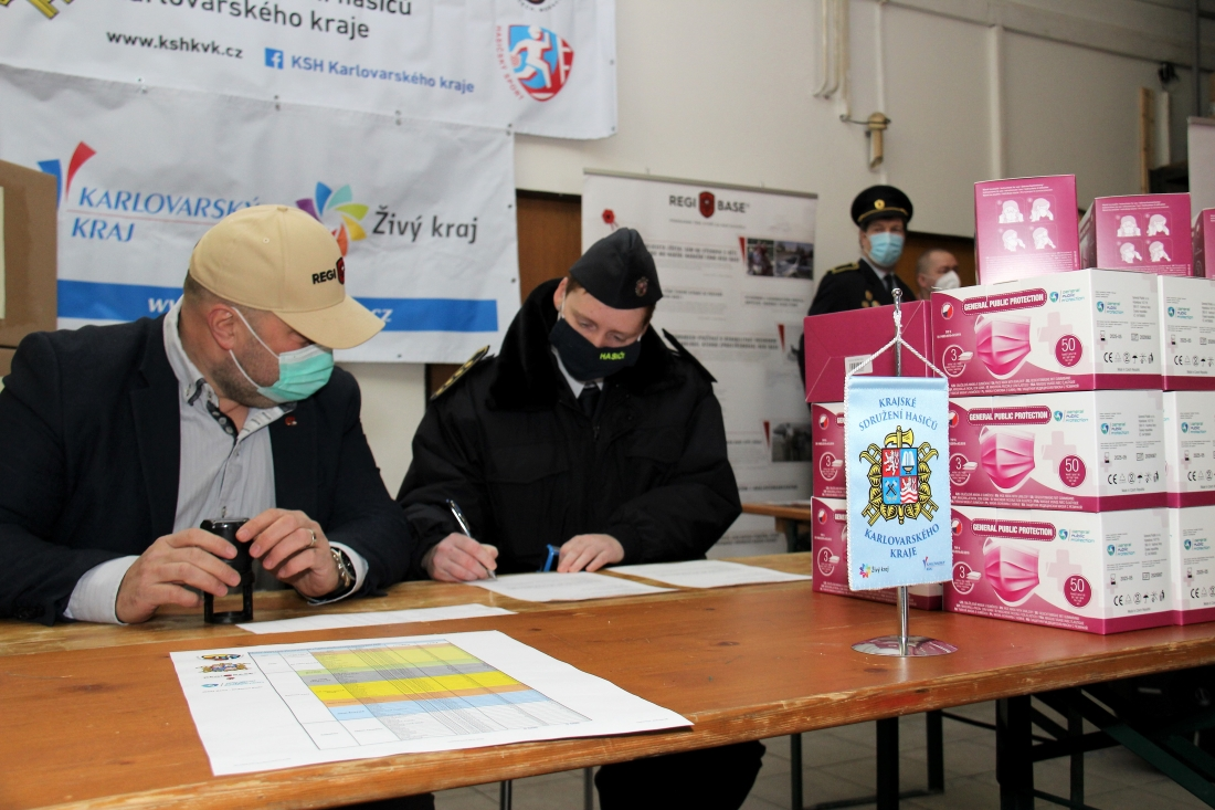 Předávání ochranných pomůcek. Foto: Martin Polák